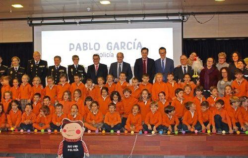Policía y ONCE difunden la historia de Pablo García Policía, un niño con acondroplasia que sueña con ser detective