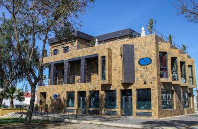 Un hotel de Lebrija continúa abierto y lleno gracias a los guisantes