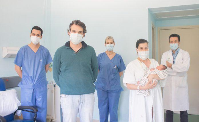 Nace por parto natural un bebé tras superar su madre el COVID-19