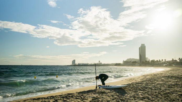 Barcelona abre sus playas abiertas a la práctica deportiva