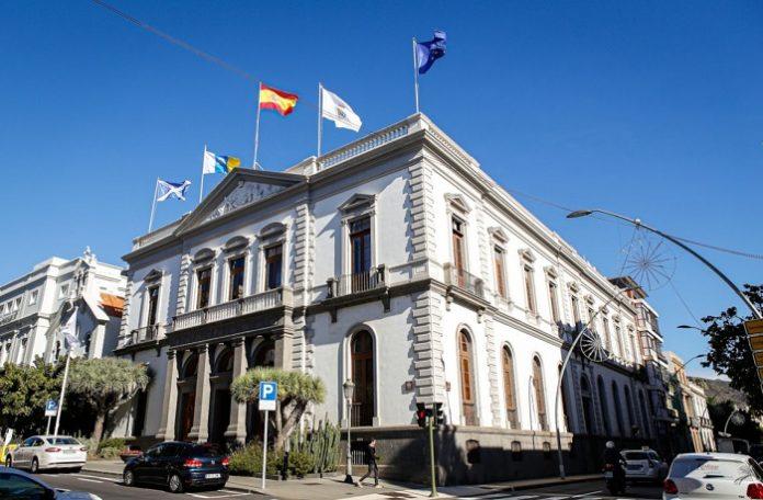 El exterior de edificios públicos solo podrá lucir banderas oficiales