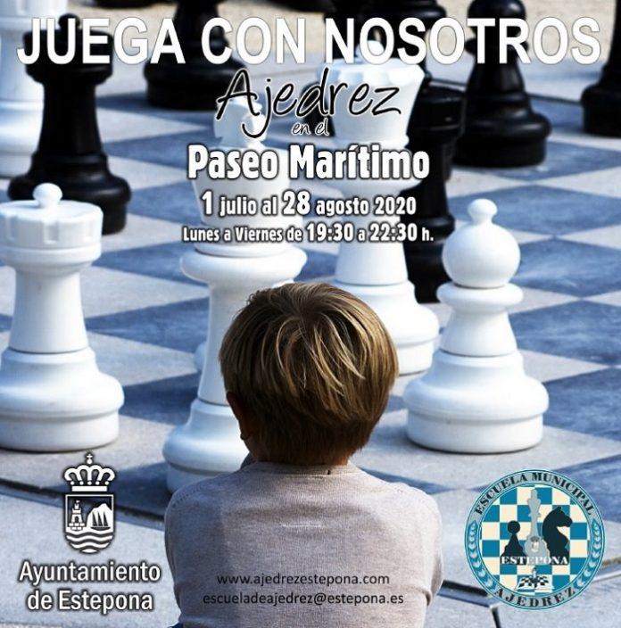 Tableros y piezas gigantes de ajedrez llenan el paseo marítimo de Estepona