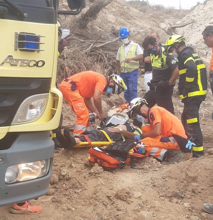 Rescatan a un obrero atrapado en una máquina excavadora en Cádiz